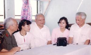 Đại tướng Võ Nguyên Giáp, lãnh đạo tỉnh và tác giả (người ngồi giữa) trên tàu đi thăm nhân dân vùng hồ Hòa Bình (tháng 3/1990). Ảnh: Hồng Khanh
