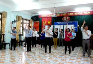 Các học viên chia nhóm tập các bài nhảy dân vũ.