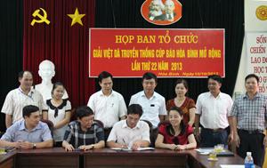 Ký kết Nghị quyết liên tịch về việc phát động phong trào tập luyện và tổ chức giải việt dã truyền thống cúp Báo Hoà Bình lần thứ XXII, năm 2013.
