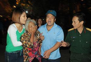 Một phụ nữ khóc ngất khi vào viếng Đại tướng. Ảnh: Thế Dương