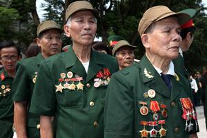 Nỗi đau buồn và thương tiếc in hằn trên khuôn mặt các cựu chiến binh Điện Biên Phủ khi họ xếp hàng vào viếng Đại tướng Võ Nguyên Giáp.