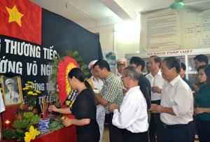 Cán bộ, nhân dân phường Phương Lâm (TPHB) viếng Đại tướng Võ Nguyên Giáp tại trụ sở UBND phường.