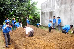 ĐV-TN tham gia khởi công xây dựng nhà nhân ái cho hộ gia đình bà Bùi Thị Thanh, xóm Cầu, xã Bắc Sơn, thiết thực hưởng ứng chương trình tình nguyện mùa đông năm 2013 và xuân tình nguyện năm 2014.