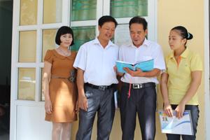 Cán bộ Ban vì sự tiến bộ phụ nữ huyện Kim Bôi trao đổi nghiệp vụ, kỹ năng truyền thông nâng cao nhận thức của xã hội về bình đẳng giới.