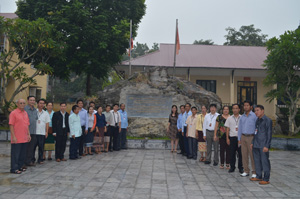 Đoàn  thăm Di tích địa điểm tổ chức Đại hội trù bị Đại hội II Đảng nhân dân Lào tại Bộ CHQS tỉnh Hòa Bình.