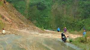 Điểm sạt lở ở km 432+900 qua huyện miền núi Tây Giang (Quảng Nam) vẫn còn ngổn ngang đất đá gây khó khăn trong việc đi lại của nhân dân huyện Tây Giang về đồng bằng.