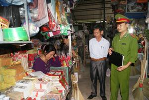 CB, CS Phòng cảnh sát PCCC & CNCH (Công an tỉnh) kiểm tra công tác phòng cháy, chữa cháy tại chợ Thái Bình (TPHB).