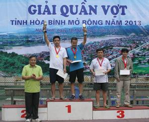 Đồng chí Hoàng Việt Cường, Bí thư Tỉnh uỷ trao giải cho các VĐV đoạt giải ở nội dung khối doanh nhân 41 tuổi trở lên.