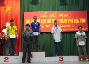Lãnh đạo Thành uỷ Hoà Bình trao huy chương cho các vận động viên đoạt giải nội dung đẩy nam hạng cân 63 – 68 kg.