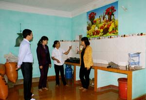 Lãnh đạo Hội LHPN tỉnh, Văn phòng Ban điều phối chương trình mục tiêu quốc gia về xây dựng NTM tỉnh thăm khu vực bếp ăn của gia đình chị Bùi Thị Diên, xóm Rường, xã Trung Bì (Kim Bôi).