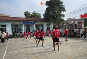 Các VĐV tham gia thi đấu tại giải bóng chuyền mềm người cao tuổi huyện Kim Bôi lần thứ nhất, năm 2013.