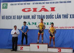 Đồng chí Đoàn Kim Phách, Phó Chủ tịch kiêm Tổng thư ký Liên đoàn Xe đạp – mô tô thể thao Việt Nam trao huy chương cho các VĐV đoạt giải nội dung đổ đèo nam.