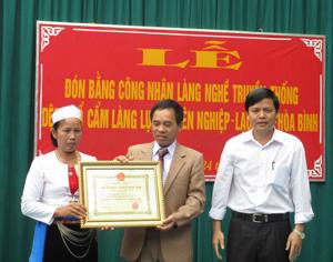 Làng Dệt thổ cẩm làng Lục, xã Yên Nghiệp (huyện Lạc Sơn) đón bằng công nhận làng nghề truyền thống.