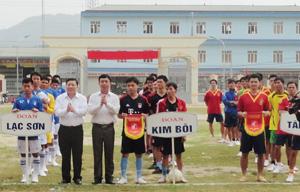 BTC trao cờ lưu niệm cho các đoàn VĐV về tham dự giải.