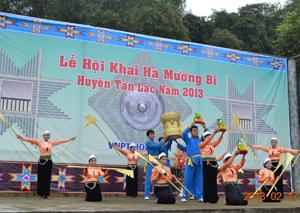 Tân Lạc phục dựng lại các lễ hội truyền thống, hình thức sinh hoạt  văn hóa, thể thao dân gian truyền thống của người Mường. Ảnh: Lễ hội khai hạ Mường Bi năm 2013.
