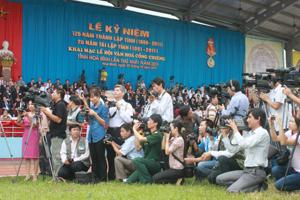 Phóng viên Báo Hòa Bình và các đồng nghiệp tác nghiệp tại Lễ kỷ niệm 125 năm thành lập tỉnh và Ngày hội văn hóa cồng chiêng tỉnh lần thứ nhất, năm 2011.