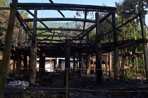 Hiện trường vụ cháy chỉ còn lại khung nhà sàn cháy nham nhở.