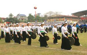 Màn hòa tấu cồng chiêng tại Lễ kỷ niệm 125 năm thành lập tỉnh Hòa Bình được Trung tâm Sách kỷ lục Việt Nam xác lập kỷ lục Guiness vào tháng 10/2011.  Ảnh: T.L