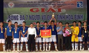 BTC trao cúp vô địch cho đội tuyển huyện Lạc Sơn.