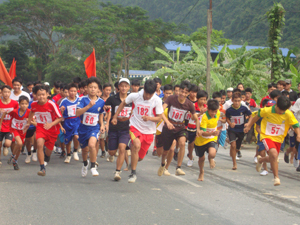 Các VĐV nam chính, nam trẻ huyện Lương Sơn trong cuộc đua tài Giải việt dã huyện năm 2013.