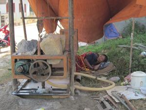 Tình trạng khoan giếng tự phát, thiếu quy hoạch gây nguy cơ ô nhiễm nguồn nước ngầm trên địa bàn thị trấn Đà Bắc (Trong ảnh: Hộ dân thôn Mu đang tiếp tục thuê tư nhân, máy móc khoan giếng phục vụ nhu cầu sinh hoạt).
