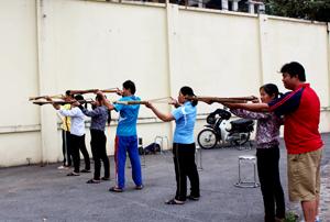 HLV Nguyễn Nghĩa Hưng hướng dẫn kỹ thuật đứng bắn cho đội tuyển bắn nỏ.