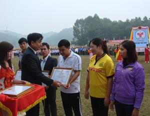 Lãnh đạo huyện Kỳ Sơn trao giấy khen, phần thưởng cho các đơn vị tổ chức tốt đại hội TD-TT cơ sở năm 2013.