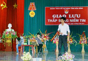 """Vở kịch """"Thức tỉnh""""  tái hiện cuộc đời anh Triệu Văn Ba, do đội kịch tương tác Tỉnh đoàn biểu diễn tại buổi giao lưu """"Thắp sáng niềm tin""""."""