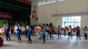 Học sinh trường PT DTNT tỉnh diễn tập màn đồng diễn cho Ngày hội.