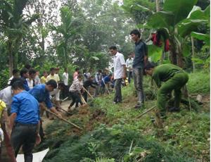ĐV-TN và nhân dân tham gia làm đường tại xóm Doi, xã Hiền Lương.