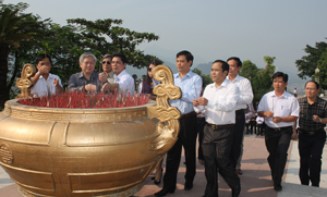 Các đồng chí lãnh đạo cơ quan báo chí Trung ương và địa phương dâng hương tại Tượng đài Bác Hồ.
