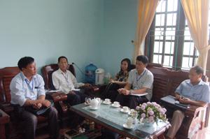 Đoàn kiểm tra liên ngành huyện Cao Phong kiểm tra việc thực hiện Quy chế văn hóa công sở tại xã Đông Phong (Cao Phong).