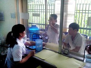 Bệnh nhân đến sử dụng methadone tại cơ sở điều trị thành phố Hòa Bình vào các buổi sáng trong tuần.