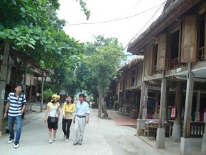 Cơ sở hạ tầng tại bản Lác, xã Chiềng Châu (Mai Châu) được đầu tư nâng cấp thu hút đông đảo khách du lịch đến tham quan.