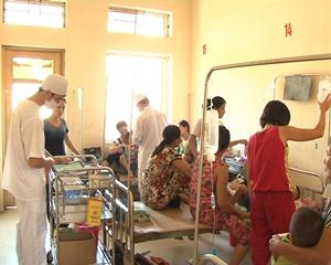 Số học sinh trường mầm non thị trấn Chi Nê đang được điều trị tại Bệnh viện Đa khoa huyện. Ảnh: M.H