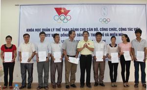 Đồng chí Trần Văn Mạnh - Tổng thư ký Uỷ ban Olimpic Việt Nam trao chứng chỉ cho các học viên.