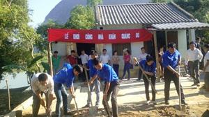 Đại diện Hội đồng đội huyện, ĐV- TN xã tham gia khởi công Nhà khăn quàng đỏ cho gia đình em Nguyễn Thị Huyền Trang.