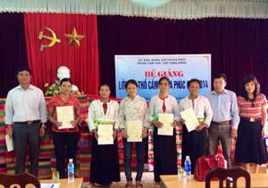 Phụ nữ huyện Yên Thuỷ được quan tâm học nghề, tạo việc làm. Ảnh: Phụ nữ xã Đa Phúc được cấp giấy chứng nhận học nghề dệt thổ cẩm năm 2014.