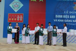 Đại diện nhà trường lên nhận số vở quyên góp của cán bộ, giáo viên và học sinh toàn trường.