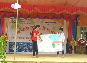 Phần thi thuyết trình tranh xuất sắc của đội xã Phú Lương.