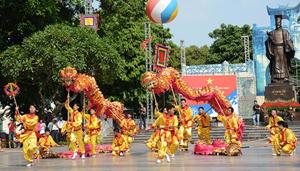 Liên hoan Múa Rồng Hà Nội 2014 diễn ra tại khu vực Tượng đài Lý Thái Tổ - Hà Nội.