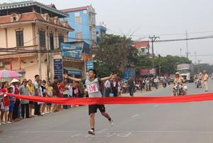 VĐV Đinh Công Sơn (thị trấn Lương Sơn) xuất sắc giành được giải nhất tại nội dung nam chính.