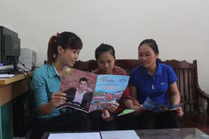 Cán bộ DS/KHHGĐ xã Hòa Sơn truyền thông về các biện pháp tránh thai hiện đại cho phụ nữ từ 15 - 49 tuổi có chồng trên địa bàn.