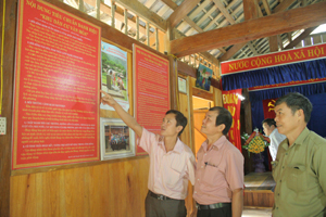 Cán bộ xóm Đồng Bảng, xã Đồng Bảng trao đổi về các tiêu chí xây dựng làng văn hóa.