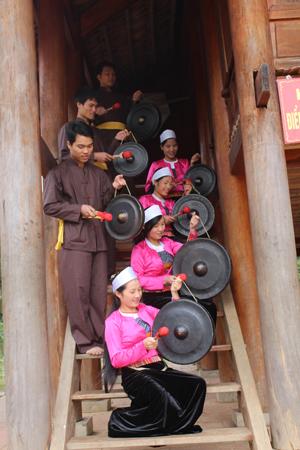 Đội văn nghệ quần chúng xóm ải, xã Phong Phú (Tân Lạc) biểu diễn cồng chiêng phục vụ du khách thăm quan.