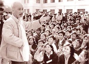 Bác Hồ với nhân dân Thủ đô (Năm 1959). Ảnh: T.L
