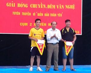 Lãnh đạo Trung tâm Văn hoá - Thể thao huyện Đà Bắc trao thưởng cho các đội đạt giải.