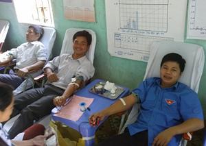 ĐV - TN huyện Đà Bắc tham gia hiến máu tình nguyện.