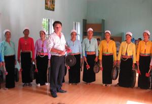 Giáo viên trường Cao đẳng Văn hoá Nghệ thuật Tây Bắc truyền dạy cồng chiêng cho các học viên.