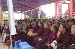 Đông đảo tăng ni, Phật tử dự lễ Vu Lan năm 2014 tại Chùa Hòa Bình Phật Quang.